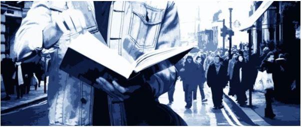 trekking urbano - uomo che legge per strada